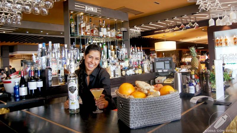 La barmaid de coctelería Juanillo Club (Madrid) Christel Klitbo con un cóctel