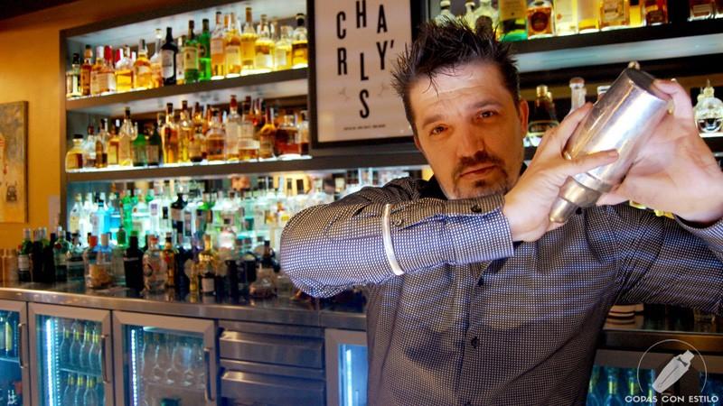 El bartender Carlos Moreno, de coctelería Charly's Cocktail Bar (Madrid), con la coctelera
