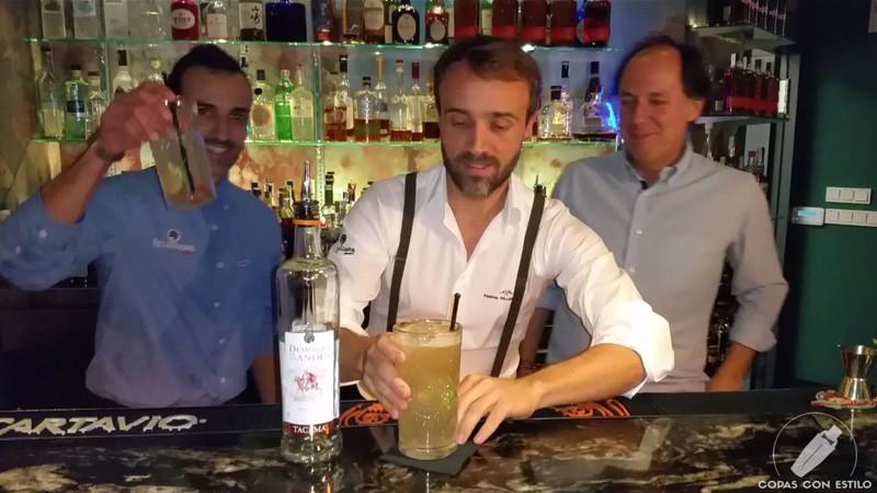 El bartender de coctelería Daniele Baccari con el cóctel con pisco Chilcano