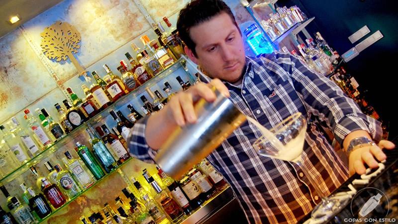 El bartender Diego Macedo, de coctelería La Villana (Madrid), elaborando un cóctel con pisco