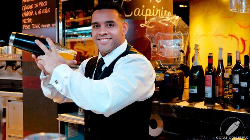 El bartender de coctelería de La Cevicuchería (Madrid) Javier Payano con la coctelera