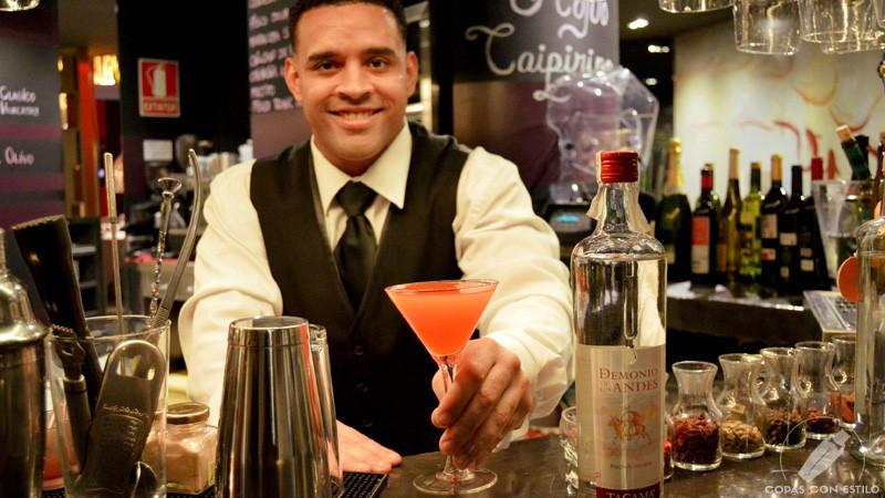 El bartender de coctelería de La Cevicuchería (Madrid) Javier Payano con un cóctel