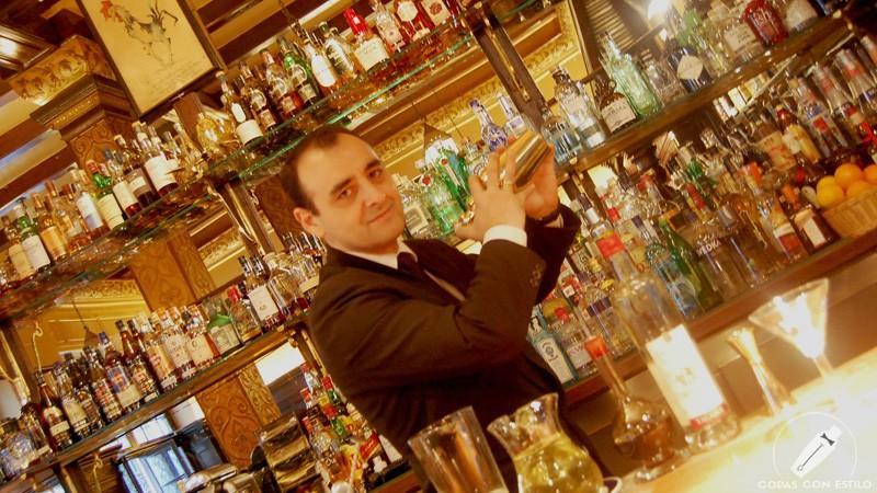 El bartender de coctelería de Bar Cock (Madrid) Javier Rufo con la coctelera