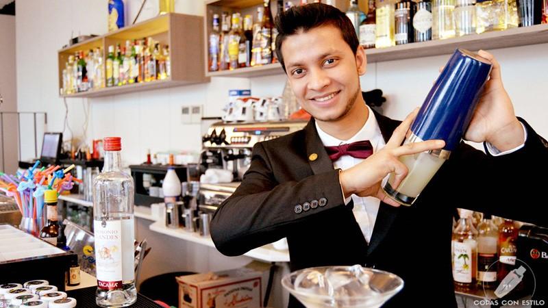 El bartender de coctelería de 90 Grados (Madrid) Joel Khan con la coctelera