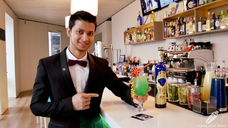 El bartender de coctelería de 90 Grados (Madrid) Joel Khan con un cóctel