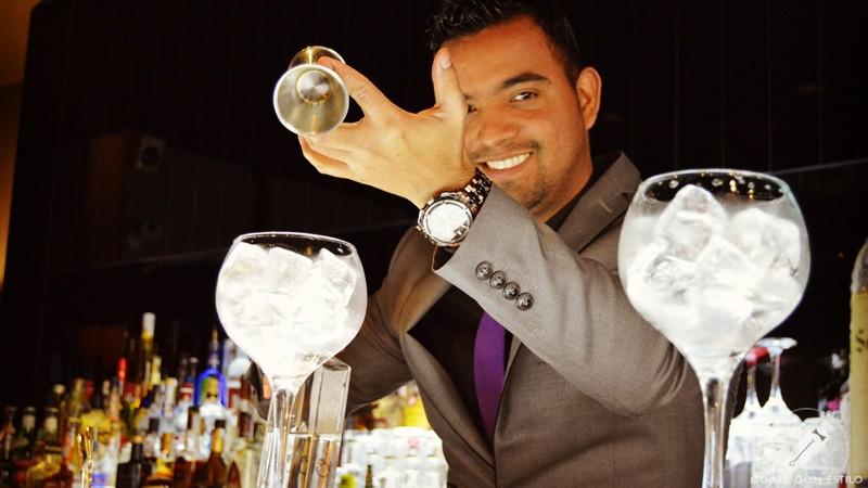 El bartender de coctelería Kialma (Madrid) José Luis Guardo elaborando dos cócteles