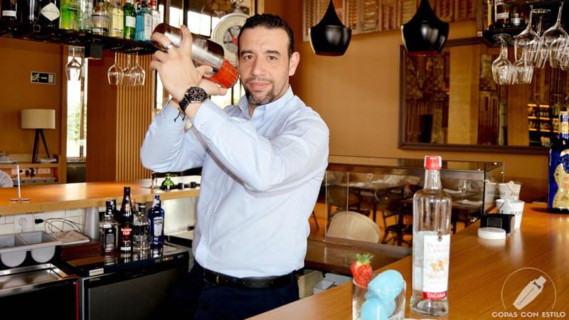 El bartender de coctelería de Barbillón Oyster (Madrid) Juan Jesús Calderón con coctelera