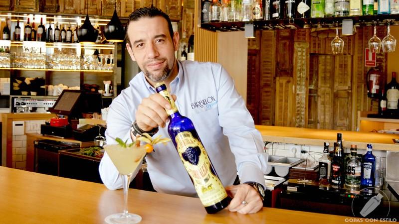 El bartender de coctelería de Barbillón Oyster (Madrid) Juan Jesús Calderón con un cóctel con tequila