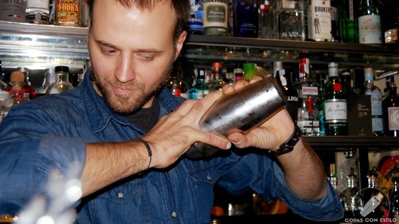 El bartender de coctelería Leo Campanella con la coctelera