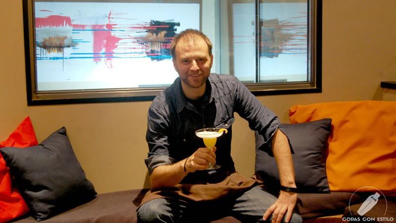 El bartender Leo Campanella, de coctelería Tres Bocas (Madrid), con un cóctel con pisco