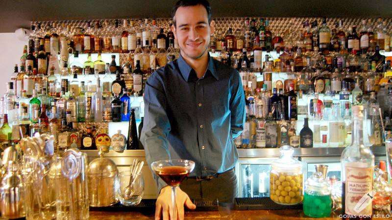 El bartender Mario Villalón, responsable de coctelería de El Padre (Madrid) con un cóctel