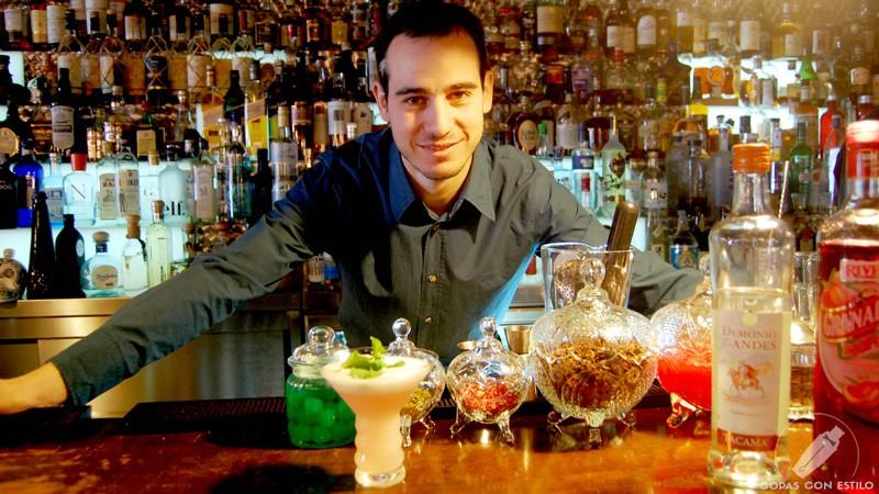 El bartender de coctelería de El Padre (Madrid) Mario Villalón con un cóctel