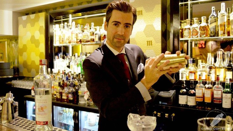 El bartender de coctelería de Columbus Bar (Madrid) Miguel Pérez con la coctelera