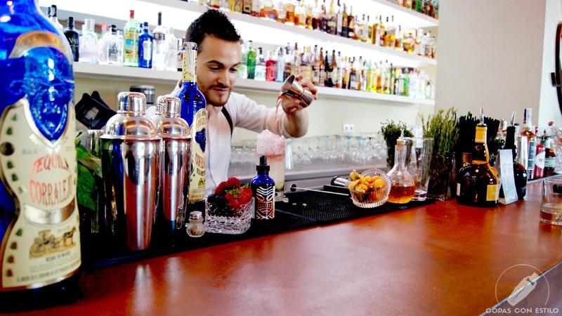 El bartender de coctelería Galatea (Coslada, Madrid) Riccardo Verona elaborando un cóctel
