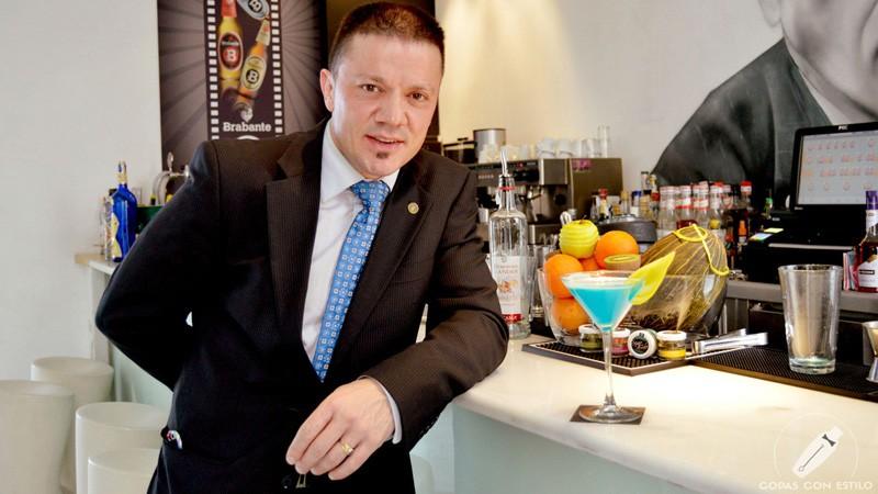 El bartender de coctelería Beber D Cine (Madrid) Sergio Freile con un cóctel con pisco