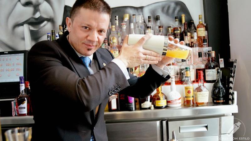 El bartender de coctelería Sergio Freile con la coctelera