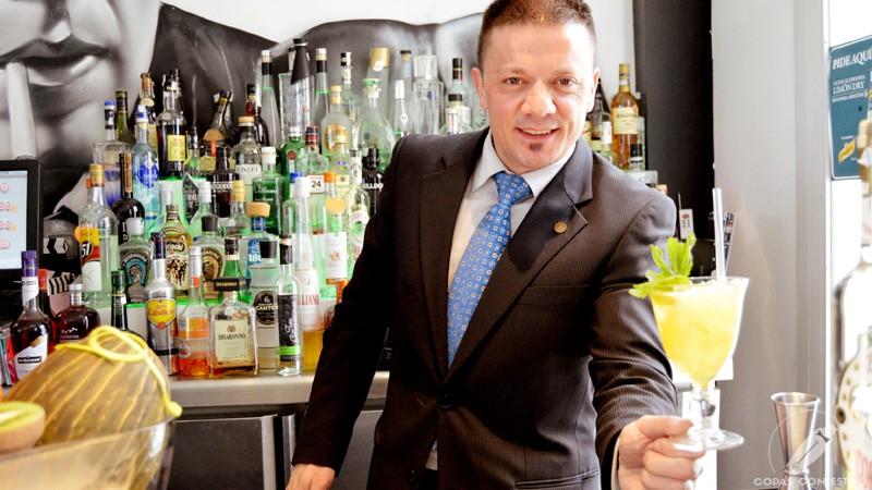 El bartender de coctelería Sergio Freile con un cóctel