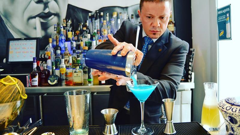 El bartender Sergio Freile preparando su cóctel Blue Demon