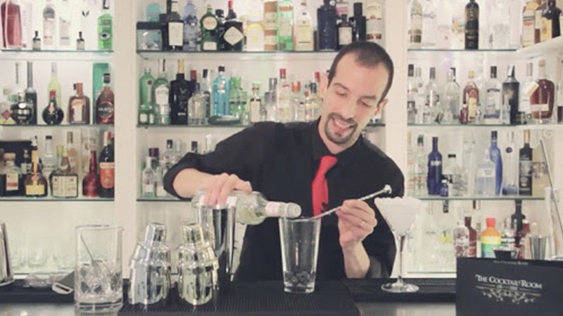 El bartender de coctelería Tupac Kirby elaborando un cóctel