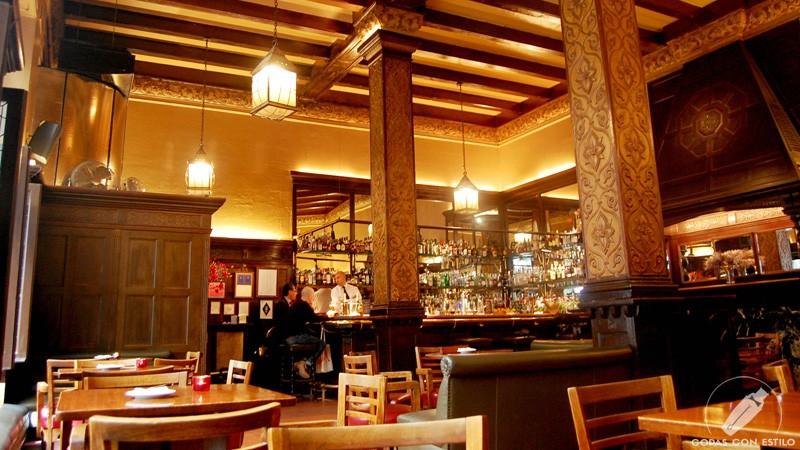 Barra y salón de Coctelería Bar Cock (Madrid)