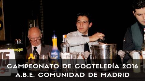 El bartender Renato Medina con la coctelera elaborando un cóctel
