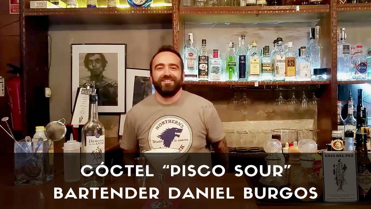 El bartender de coctelería Daniel Burgos con el cóctel Pisco Sour