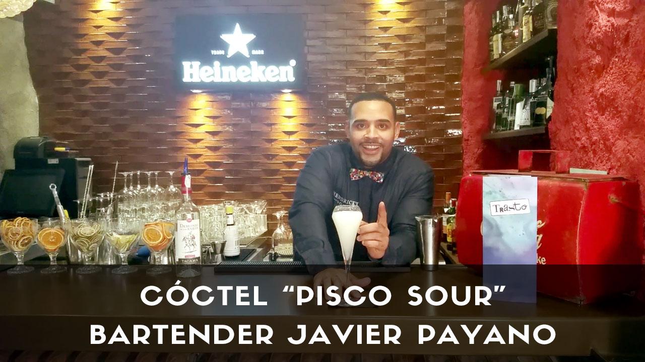 El bartender Javier Payano, responsable de coctelería de Trasto (Madrid), con el cóctel Pisco Sour