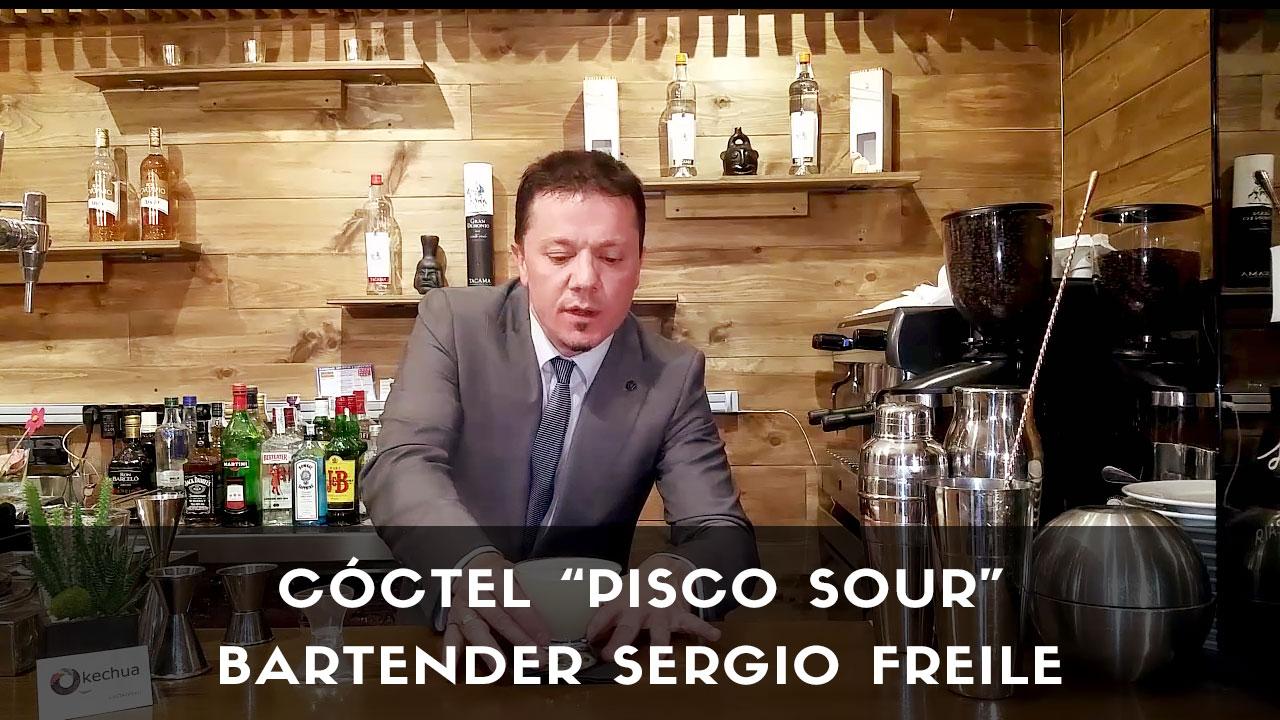El bartender Sergio Freile con el cóctel Pisco Sour