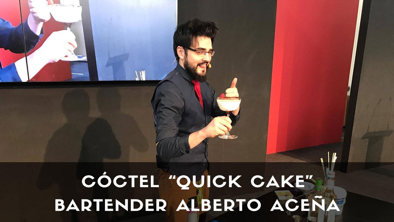 El bartender Alberto Aceña con un cóctel con pisco