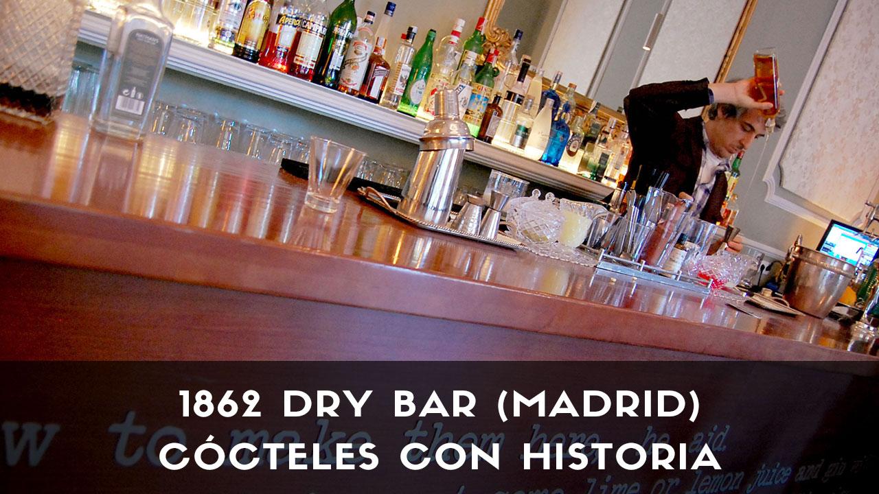El bartender Alberto Martínez, de coctelería 1862 Dry Bar (Madrid), elaborando un cóctel