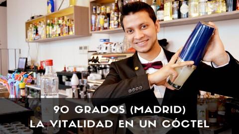 El bartender Joel Khan, de coctelería de 90 Grados (Madrid), con la coctelera