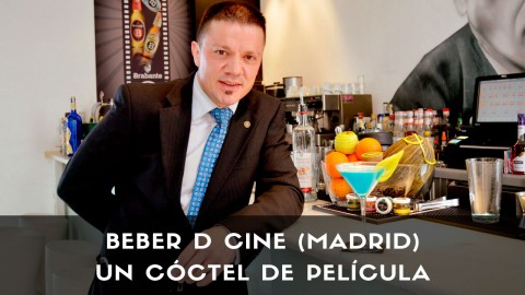 El bartender Sergio Freile, responsable de coctelería Beber D Cine (Madrid), con un cóctel con pisco