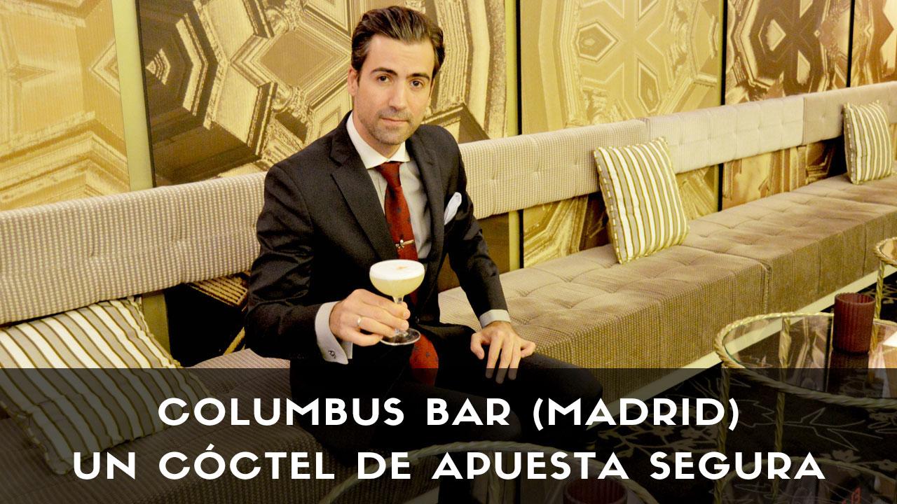 El bartender Miguel Pérez, de coctelería Columbus Bar (Madrid), con un cóctel