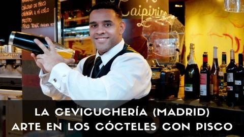 El bartender Javier Payano, responsable de coctelería de La Cevicuchería (Madrid), con la coctelera