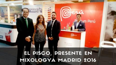 Bartender de coctelería con botellas de Pisco Demonio de los Andes en el Congreso Mixologya 2016