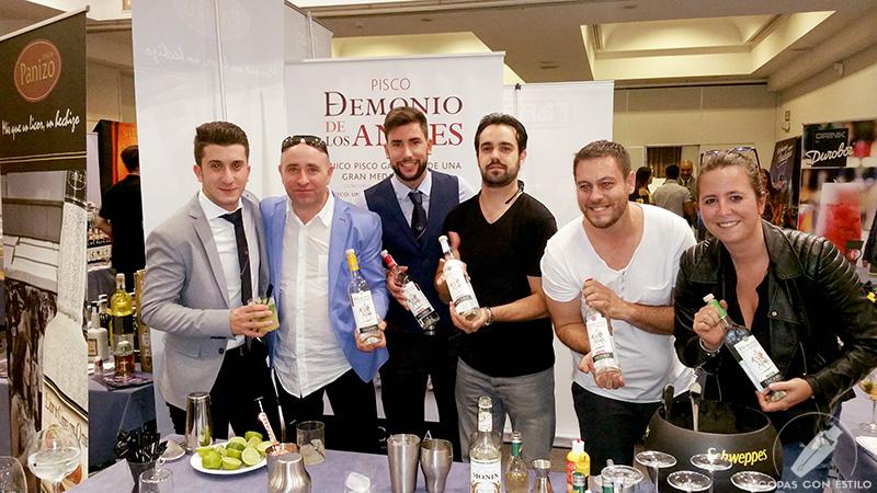 Bartender en el Campeonato Nacional de Coctelería con botellas de Pisco Demonio de los Andes