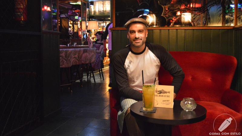 El bartender Diego Cabrera con un cóctel, en Coctelería Salmon Guru (Madrid)