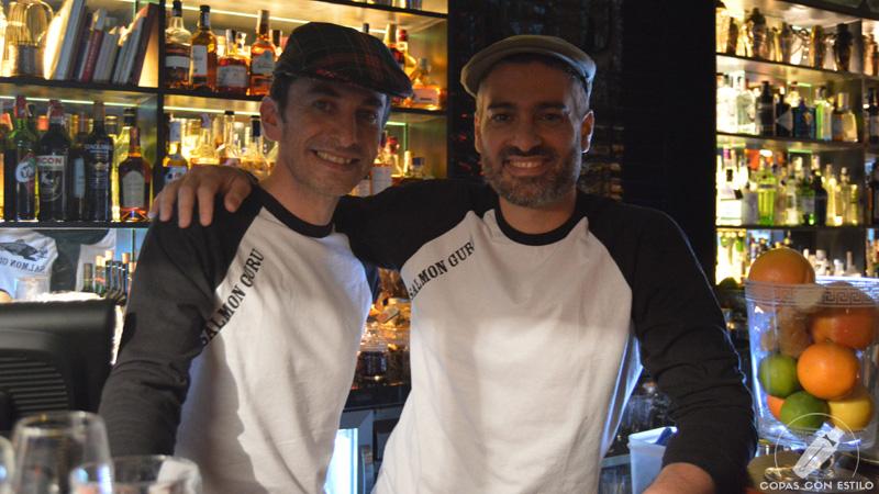 Los bartender Diego Cabrera y Ricardo García, en Coctelería Salmon Guru (Madrid)
