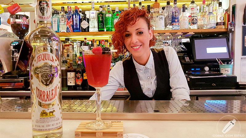 La barmaid de coctelería Esther Gómez presentando su cóctel con tequila