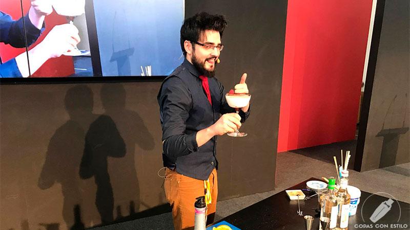 El bartender Alberto Aceña presentando su cóctel con pisco