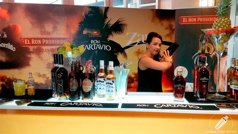Bartender de coctelería realizando un cóctel con ron en el Congreso del Ron de Madrid