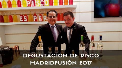 Bartender de coctelería con botellas de Pisco Demonio de los Andes en MadridFusión 2017