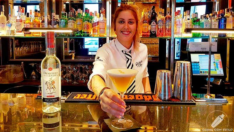 La barmaid Patricia Nieto presentando su cóctel Pisco Sour en coctelería Barbara Ann