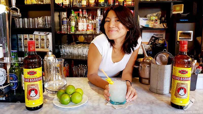 La barmaid Bri Aranda presentando su cóctel con cachaça en coctelería Los Espetinhos (Madrid)