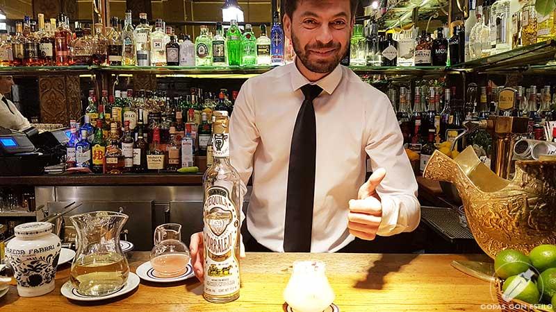 El bartender José María Contreras presentando su cóctel con tequila en la coctelería Bar Cock (Madrid)