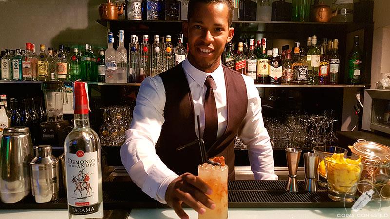 El bartender Luis Armando Mesa presentando su cóctel con pisco en la coctelería de Terraza Cibeles (Madrid)