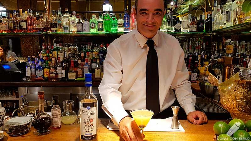 El bartender David González presentando su cóctel con pisco en la coctelería Bar Cock (Madrid)