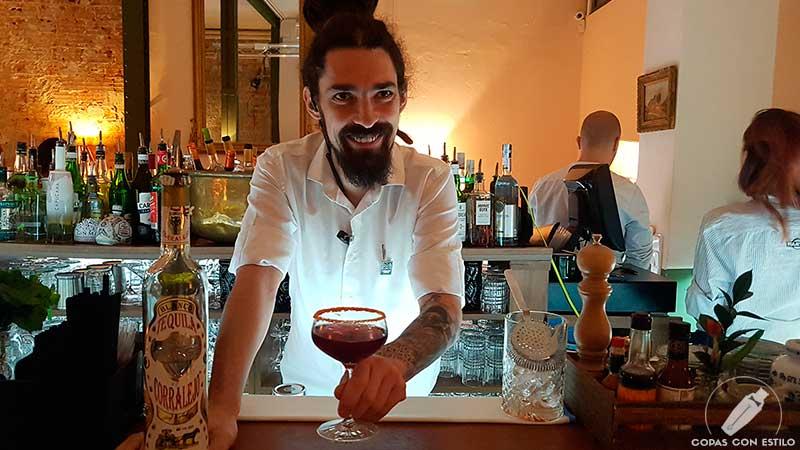 El bartender Fernando Gómez, de La Rebotica de Ponzano (Madrid), nos presenta su cóctel La Gran Manzana de Tijuana