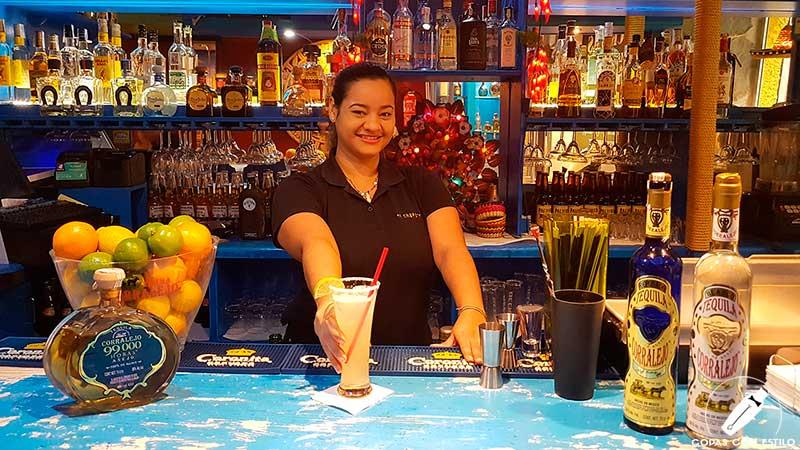 La barmaid Fiorella Maldonado presentando su cóctel con tequila en la coctelería El Chaparrito de Ventura (Madrid)