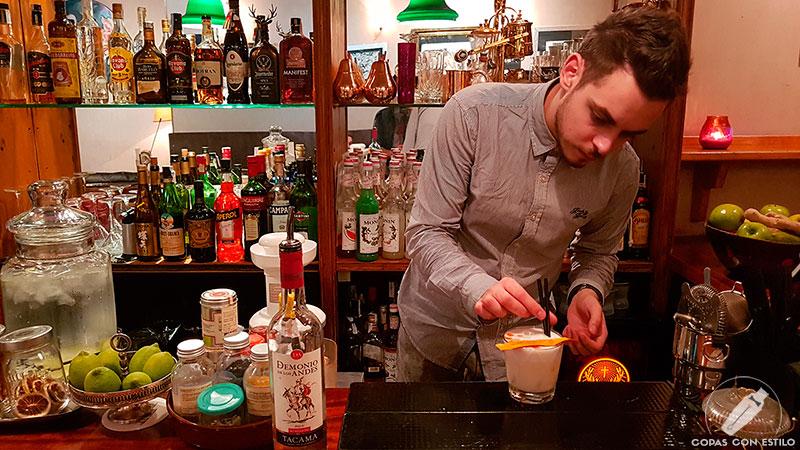 El bartender Davide Fracasso de la coctelería Santamaría (Madrid) dando el último toque a su cóctel con pisco